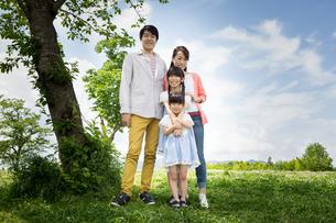 ピクニックをする家族の写真素材 [FYI00922594]