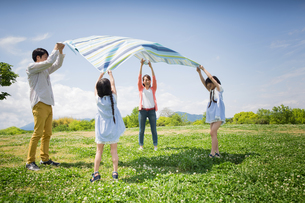 ピクニックをする家族の写真素材 [FYI00922595]