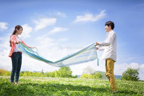 ピクニックをする夫婦の写真素材 [FYI00922600]