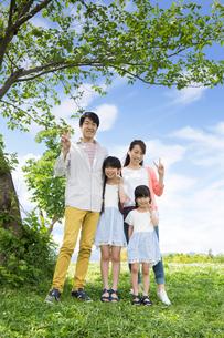 ピクニックをする家族の写真素材 [FYI00922602]