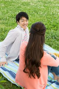 ピクニックをする夫婦の写真素材 [FYI00922603]