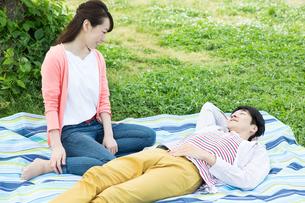 ピクニックをする夫婦の写真素材 [FYI00922606]