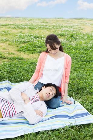 ピクニックをする夫婦の写真素材 [FYI00922607]