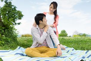 ピクニックをする夫婦の写真素材 [FYI00922610]