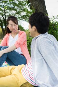 ピクニックをする夫婦の写真素材 [FYI00922612]