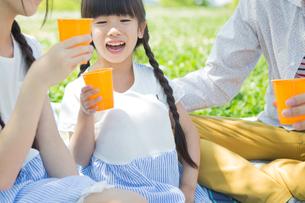 ピクニックをする家族の素材 [FYI00922614]