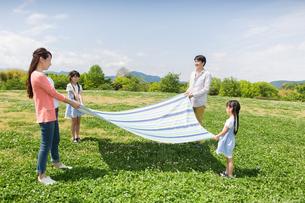 ピクニックをする家族の写真素材 [FYI00922615]