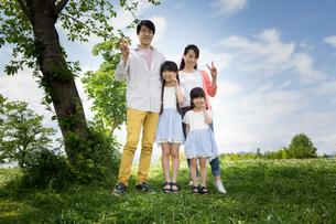 ピクニックをする家族の素材 [FYI00922618]