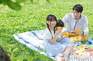 ピクニックをする家族の写真素材 [FYI00922621]