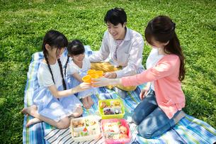 ピクニックをする家族の写真素材 [FYI00922622]