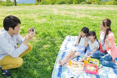 ピクニックをする家族の写真素材 [FYI00922623]
