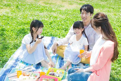 ピクニックをする家族の素材 [FYI00922624]