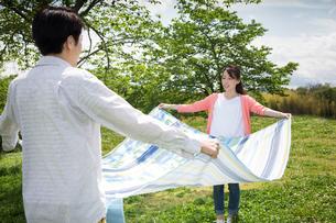 ピクニックをする夫婦の写真素材 [FYI00922626]
