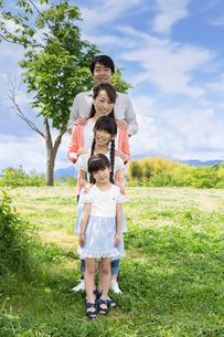 ピクニックをする家族の写真素材 [FYI00922630]