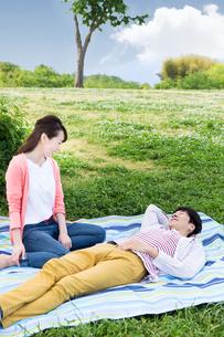 ピクニックをする夫婦の写真素材 [FYI00922637]