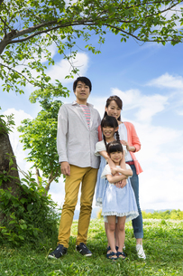 ピクニックをする家族の写真素材 [FYI00922638]