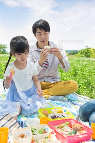 ピクニックをする家族の写真素材 [FYI00922640]