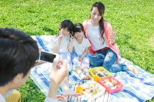 ピクニックをする家族の写真素材 [FYI00922644]