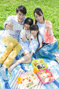 ピクニックをする家族の写真素材 [FYI00922646]