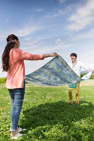 ピクニックをする夫婦の写真素材 [FYI00922649]