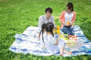 ピクニックをする家族の写真素材 [FYI00922651]