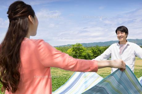 ピクニックをする夫婦の写真素材 [FYI00922652]