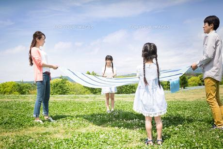 ピクニックをする家族の写真素材 [FYI00922656]