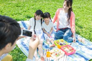ピクニックをする家族の写真素材 [FYI00922657]