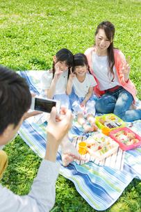 ピクニックをする家族の写真素材 [FYI00922658]