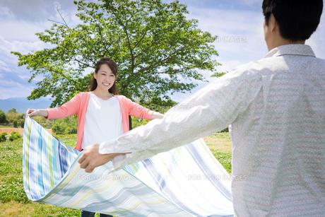 ピクニックをする夫婦の写真素材 [FYI00922660]