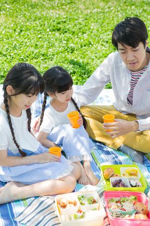 ピクニックをする家族の素材 [FYI00922664]