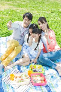 ピクニックをする家族の写真素材 [FYI00922665]