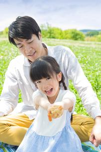 ピクニックをする家族の写真素材 [FYI00922669]