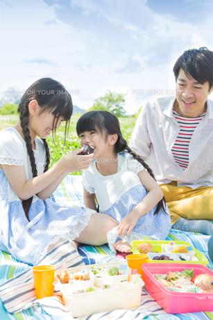 ピクニックをする家族の写真素材 [FYI00922672]