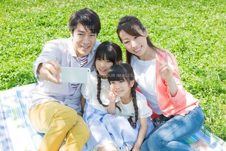 ピクニックをする家族の写真素材 [FYI00922674]