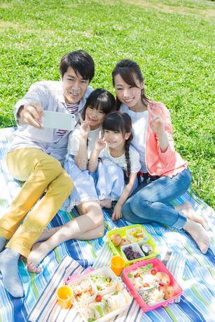 ピクニックをする家族の写真素材 [FYI00922675]