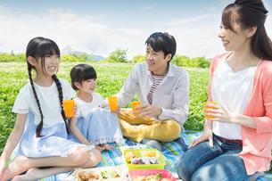 ピクニックをする家族の写真素材 [FYI00922678]