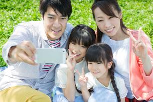 ピクニックをする家族の写真素材 [FYI00922680]