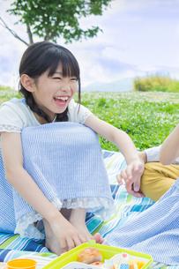 ピクニックをする家族の写真素材 [FYI00922682]