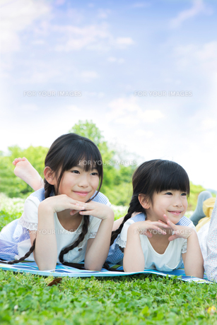 ピクニックをする家族の写真素材 [FYI00922685]