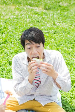 ピクニックをする家族の写真素材 [FYI00922688]