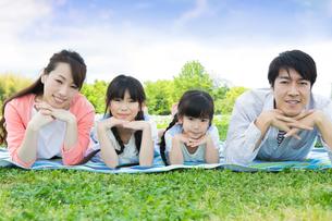 ピクニックをする家族の写真素材 [FYI00922692]