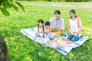 ピクニックをする家族の写真素材 [FYI00922695]