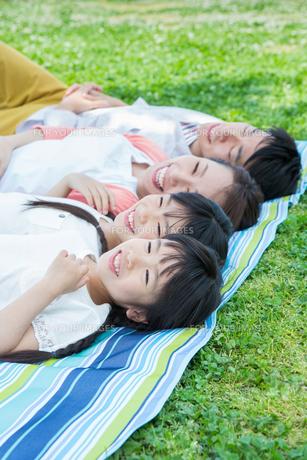 ピクニックをする家族の写真素材 [FYI00922696]