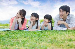 ピクニックをする家族の写真素材 [FYI00922704]