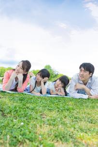 ピクニックをする家族の写真素材 [FYI00922705]