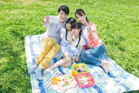 ピクニックをする家族の素材 [FYI00922706]