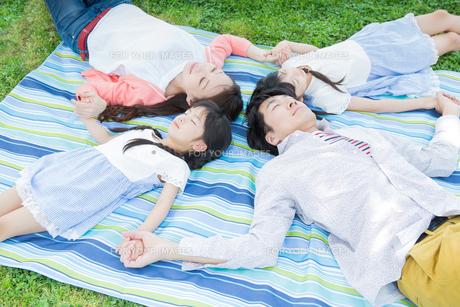 ピクニックをする家族の写真素材 [FYI00922709]