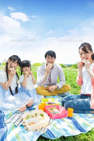ピクニックをする家族の写真素材 [FYI00922710]