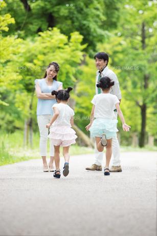 道を歩く家族の写真素材 [FYI00922712]